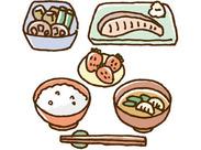 ≪お仕事の基本はこの3つ!≫ 【1】普段お家でやるような調理 【2】お料理を棚に並べる 【3】お客様が選んだお食事のお会計