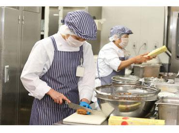 【調理STAFF】★介護施設内での調理のお仕事★盛り付け&洗い物など◎学生も歓迎◎≪シフト融通≫家事や学業の合間など…空いた時間でOK♪