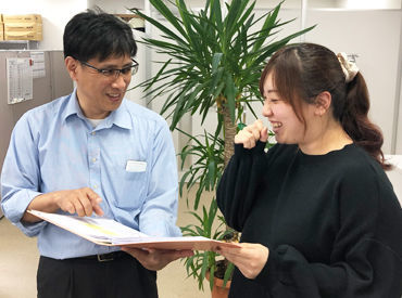 社内は緑もあって、開放的な雰囲気◎ お互い困ったことがあったら 協力して仕事ができる環境です**