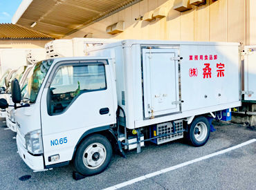 商品は届け先ごとに準備されているから、 検品してトラックに積むだけ◎  お客様はいつもの施設や お店なので慣れるのもスグ♪