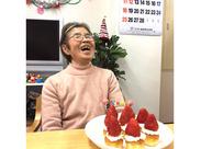 『おめでとう~!』こちらはお誕生日会の様子★手作りケーキでサプライズしました♪毎月色々なイベントをやっています◎