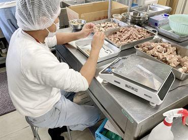 幅広い世代が活躍中! 焼き鳥の肉を串に刺すイメージで オシゴトはとっても簡単★★ コツもすぐに掴めますよ◎