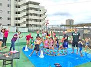 こちらは夏の水遊びのひとコマ。YMCAには海外出身のスタッフもいるので、遊びを通して異文化交流の経験も♪