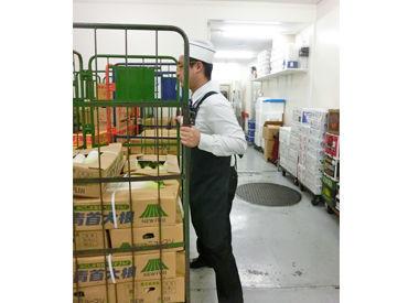 ボールに入った商品を冷蔵庫内に運んで…。正直重いけど、作業自体はとってもカンタン!