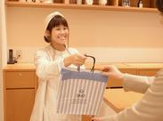 販売スタッフ未経験の方でも大丈夫★お客さまとの会話が盛り上がると、とてもうれしい気持ちになりますよ◎