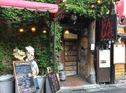 新宿三丁目駅から徒歩2分!存在感バツグンのお店です★<社割20%OFF>友達と一緒に来てワイワイ飲んだりも♪まかないも無料です!