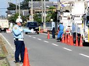 こんな感じで、車両や歩行者の安全を守っています! 誘導棒の振り方から丁寧に教えますので、未経験の方もご安心ください♪