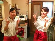 制服は白シャツ×赤エプロン♪ こぢんまりとしたお店なので、メニューの提供もスイスイできます♪未経験大歓迎です♪