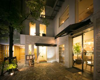 植栽の美しい、爽やかな店内*.゜おしゃれだけど落ち着きのある雰囲気で、お客様も落ち着いた方が多くいらっしゃいます♪