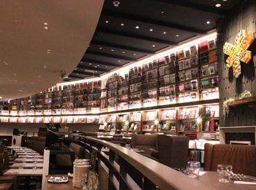 【カフェStaff】心地よい音楽、インクとコーヒーの香り…オシャレが詰まった新しいSTYLEのお店★パリッとしたシャツでお客様をおもてなし。
