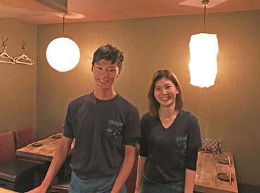 \チームワーク抜群/ カウンター越しの厨房では、お父さん的存在の店長がホールの様子を見守りながら天ぷらを揚げています◎