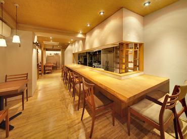 """【店舗スタッフ】""""日本酒&創作和食""""が自慢!木のぬくもりにあふれる、落ち着いた雰囲気のお店です♪◇週2~OK!学校とバイトの両立もバッチリ◇"""