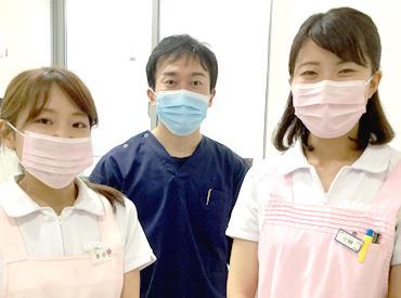 清潔感があれば、髪型は自由*。 清潔感のある真っ白な制服は2着も支給されます! ※真ん中は当院の医院長です♪