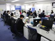 広々としたオフィス。20~40代が中心となり活躍しています。