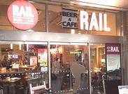 お店は駅の改札内!待ち合わせまで、ちょっと一息。そんな、一人でも気軽に立ち寄れる雰囲気です*。