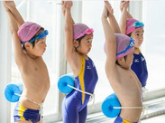 小さなお子さんたちの担当なので 高度な水泳技術を求めることはありません。 お子さん達の見守りからスタートしましょう♪