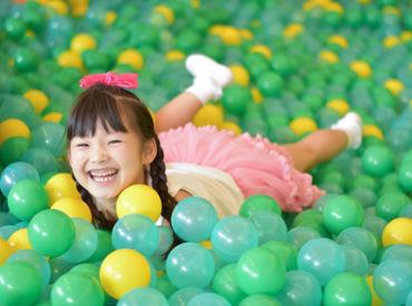 カラフルでオシャレな遊具やおもちゃがいっぱい♪ お子さまの笑顔に囲まれながら楽しく働ける★ ※画像はイメージ