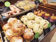 焼きたてのパンを、キレイにディスプレイ♪ 並べたとたんお客様に「おいしそう!」と言われるのが、とってもうれしいんです◎