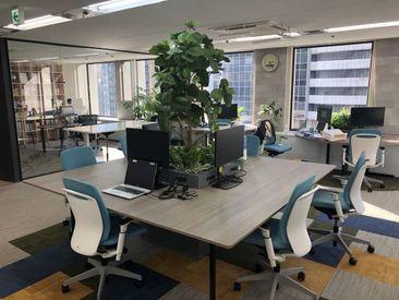 フリーアドレス制のオフィスルーム。 「今日は天気がいいから窓際」など気分によって自由に働けます。