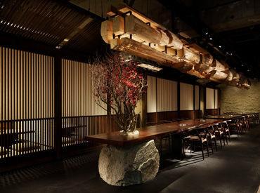 """【麻布十番店】 昔の韓国スタイルの家を集め """"村""""をテーマに構成♪ 大きな土間やビッグカウンター席等  隠れ家のような空間★"""
