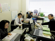 ★職場の雰囲気は「ほんわか」★ スタッフ同士の仲も良くて いつも笑顔が溢れています♪ 20~40代の女性STAFFが活躍中◎