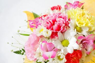 きれいな生花装飾作り**。 未経験さんも丁寧に教えますので ご安心ください! きれいなお花に囲まれて働きませんか◎