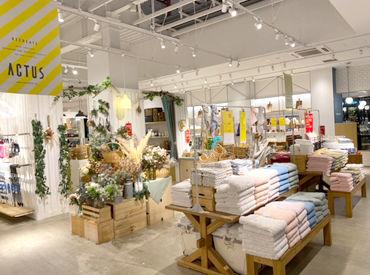 店内は落ち着いた雰囲気◎ 居心地の良さを追求し、家具や照明の配置にもこだわりが♪ みんなで一緒にお店を作っていけます!