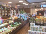 店内はお茶の良い香り♪お客様を笑顔で出迎えることが出来れば◎種類はたくさんありますが、先輩がしっかり教えてくれます!