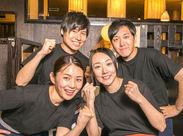 黒Tシャツ×ジーパンでカジュアル★★★ バイトデビューさん大応援! 優しい先輩たちに何でも聞いてくださいね♪