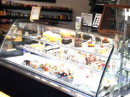 キラキラのスイーツに囲まれて** ◆宝石のようなケーキ ◆フランスのかおり漂うクッキー …をお客さまにお届け☆