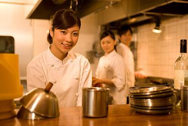 【リストランテSTAFF】◆メディアで話題の人気店◆選りすぐりの素材を生かした料理でおもてなし+。☆おしゃれな店でワクワク楽しく働けるチャンス!