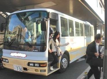 【大型送迎バス運転手】\ 車庫近くに個室寮あり!/特定企業にお勤めの方の送迎なので安心♪大型送迎バスの運転経験者さん大歓迎です!