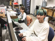 オシャレは全部自由♪ 写真のとおり、現在活躍中のスタッフも髪色や服装など好きなStyleで働いています★