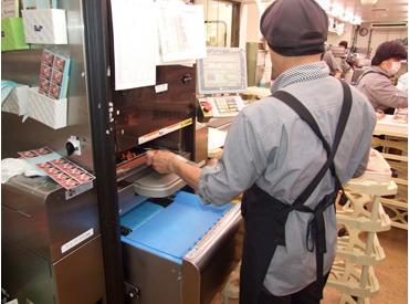 \作業は驚くほど簡単!/ 写真のように機械にトレイを置けば、 勝手に重さを計ってくれて、 ラッピング&値札貼付が完了します★