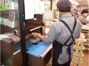 作業は驚くほど簡単!写真のように機械にお肉のトレイを置けば、勝手に重さを計ってくれて、ラッピング&値札貼付が完了します★