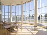 開放的な雰囲気♪吹き抜けの大きな窓が特徴のラウンジです*職場見学実施中!お気軽にお問い合わせくださいね◎
