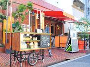 駅から徒歩1分!自転車&バイクでの通勤もOK◎ オレンジのひさしとテラス席が目印の、 オシャレなカフェです★