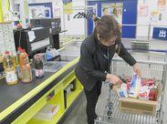 ≪普通のレジとはちょっと違う!?≫ 業務用スーパーのためベルトの上を流れる 商品をピピピッと読み込みます♪