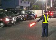 飲食店の駐車場で、お車や歩行者の誘導をお願いします!未経験でも初日から『時給1350円』の効率良く稼げるお仕事です!