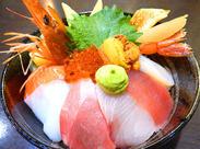 ★場内市場で仕入れた新鮮な海鮮丼も社割で食べられる★ お仕事はカンタンですので、未経験の方もお気軽にご応募ください♪
