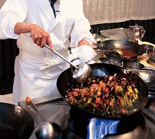 【調理スタッフ】料理の基本と技術を生かし、食材・調理の可能性を広げられます!お客様の喜ぶ表情がもっとも嬉しいやりがいです!