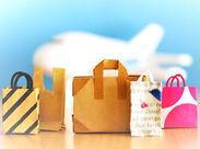 お菓子をオススメしたり笑顔会話したり…毎日が一期一会♪様々な国の人と接せるのも、空港ならでは☆。早番できる方歓迎♪