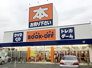 """おなじみ""""BOOK OFF""""でのお仕事♪お店の近くにはコンビニがあって休憩中などに便利です!"""