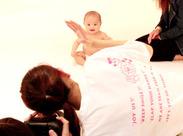 「こっちだよ~!!」最高の笑顔の瞬間をパシャリ☆彡素敵な笑顔が引き出せるよう、赤ちゃんをあやすのも大事なお仕事です!