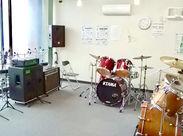 3つあるスタジオブース内です。このブースは有名ドラマーの方がドラムのレッスンを週2回行っています。