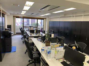 職場の様子はこんな感じです! 1人ひとりのスペースも広く、 快適に働ける環境です◎