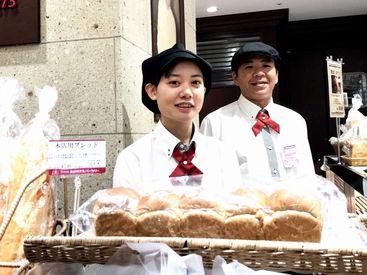 """伝統の""""金谷のパン""""や惣菜パン・菓子パン、クッキー、洋菓子のほか、金谷ホテル百年ライスカレーなどを扱っています◎"""