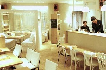 無垢の木材と、真っ白なリネンに囲まれたナチュラルな空間。こころとからだを休めるカフェを一緒につくりましょう!