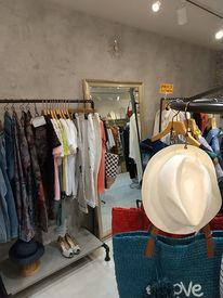 スタッフは、洋服が好きな方ばかり♪ 店内にはこだわりぬいた商品が並んでいます* ※写真は系列店