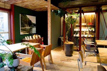 お洒落な島雑貨や植物、屋久島の木で作られたテーブルなど 店内には『こだわり』がいっぱい◎落ち着いた雰囲気の中で働けます♪